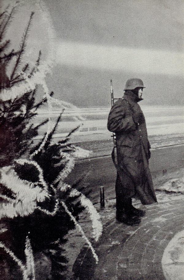 Der Nationalsozialismus betrachtete sich keineswegs als religionsfern – Fotografie aus dem Propagandaheft Deutsche Kriegsweihnacht von 1941.