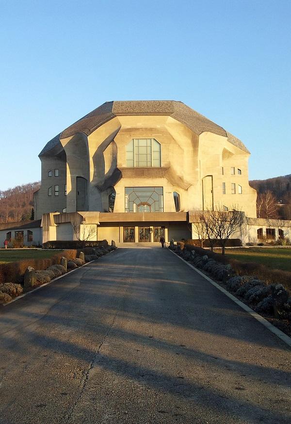 Das Goetheanum in Steiners Sterbeort Dornach (Schweiz) ist der Sitz der Allgemeinen Anthroposophischen Gesellschaft, die bis heute an die Verbreitung von Steiners antiintellektueller Agenda arbeitet. (Foto: © CC0 Public Domain/pixabay.com)