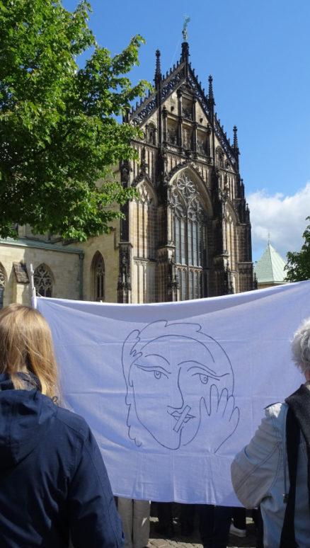 Dass die Rolle von Frauen in der katholischen Kirche dringend überdacht werden muss, finden auch die Aktivistinnen der katholischen Frauenbewegung Maria 2.0 – hier bei ihrer ersten Aktionswoche im Mai 2019 in Münster, Foto: Daniela Wakonigg